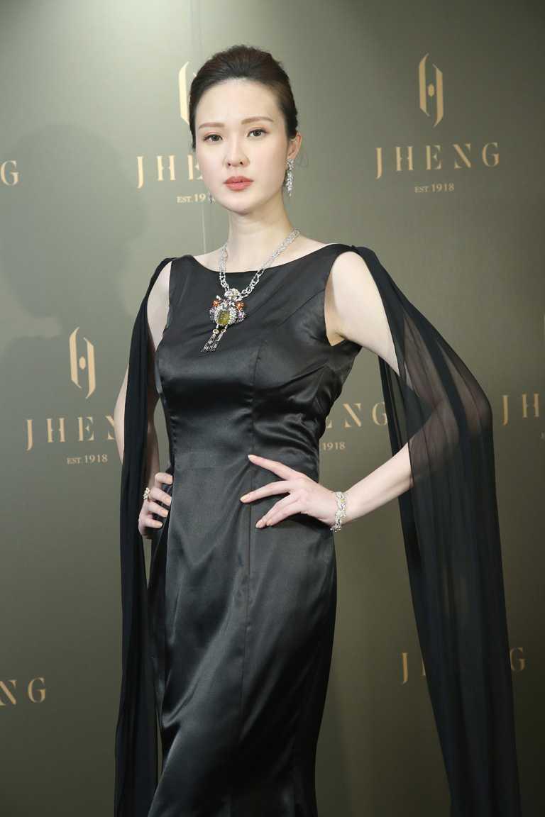 名模吳品萱,高雅詮釋JHENG Jewellery「眾生臉譜系列」水晶臉譜作品。(圖╱JHENG Jewellery提供)