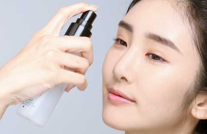 3 噴定妝噴霧:完成底妝後,全臉輕輕噴灑定妝噴霧,能加強整天的持妝度與避免出油、脫妝,然後記得用面紙壓乾多餘的水分。 (圖/戴世平攝)