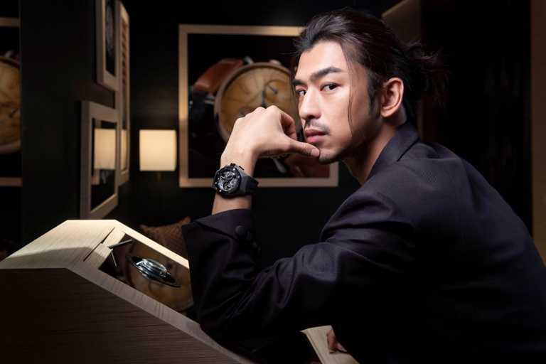 陳柏霖佩戴AP「皇家橡樹概念系列」飛行陀飛輪雙時區腕錶。(圖╱Audemars Piguet提供)