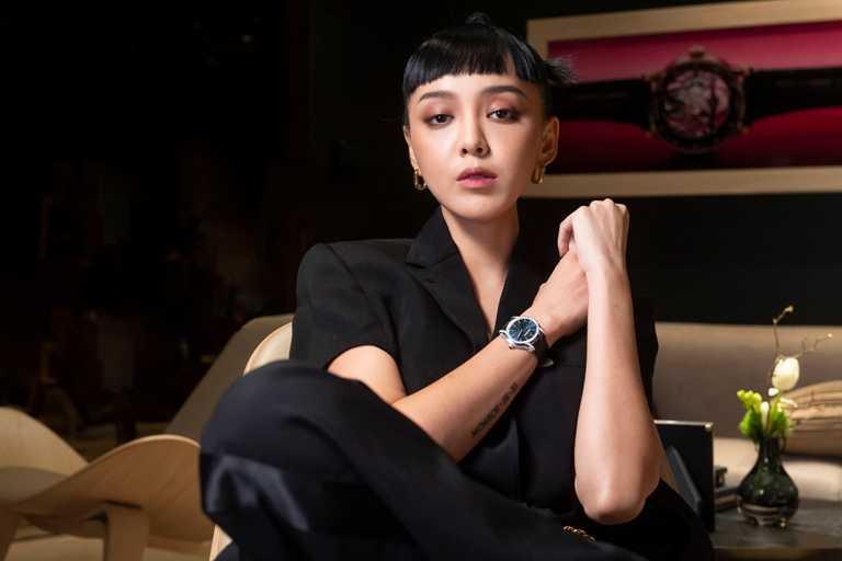 李函佩戴AP「千禧系列」霜金Philosophique腕錶。(圖╱Audemars Piguet提供)
