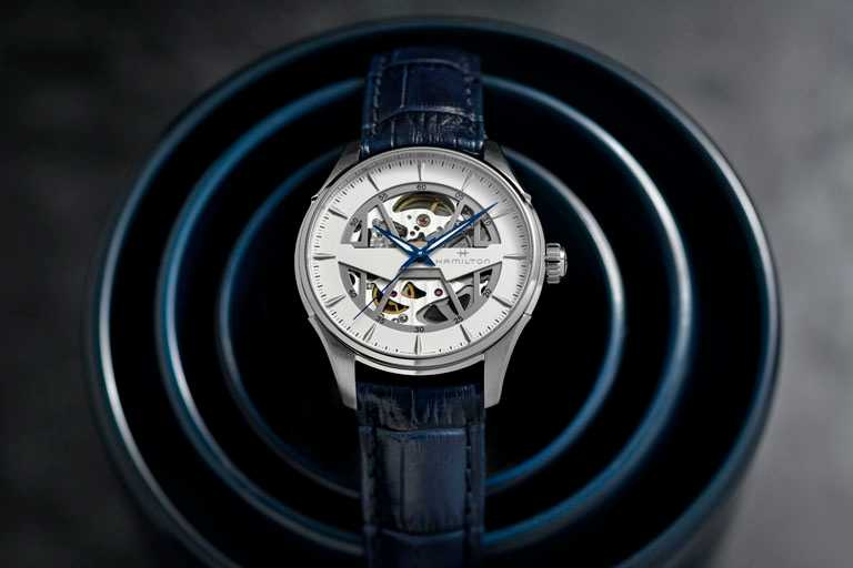 HAMILTON漢米爾頓「Jazzmaster Skeleton鏤空系列」腕錶,鏤空白色錶盤╱40mm,精鋼錶殼,藍色小牛皮錶帶╱39,000元。(圖╱HAMILTON提供)