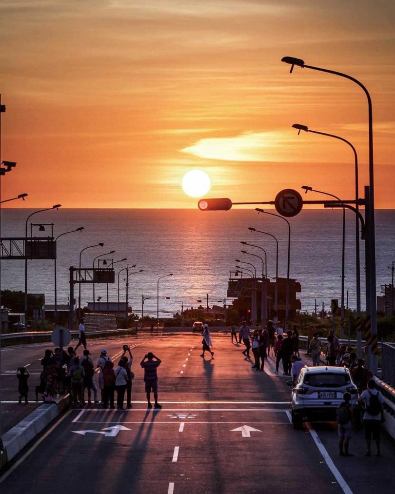 黃昏時分在台61線西濱公路通霄路段的「山海祕境」,落日餘暉照映海面,與白天呈現截然不同氛圍。(圖/網友@shih.shuin提供)