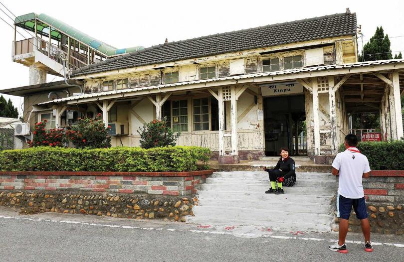 西部幹線最靠海的「新埔車站」從日治時代保留至今,散發著古樸氣息。(圖/于魯光攝)