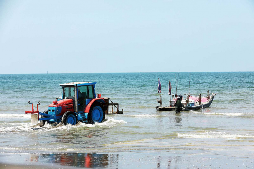 來到白沙屯漁港,可看見漁民搭著船筏以古法石滬捕撈漁獲。(圖/于魯光攝)