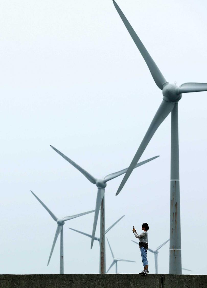 通霄北端的「山邊庄」純白風車聚落,常吸引許多民眾特地來捕捉獨特美景。(圖/于魯光攝)