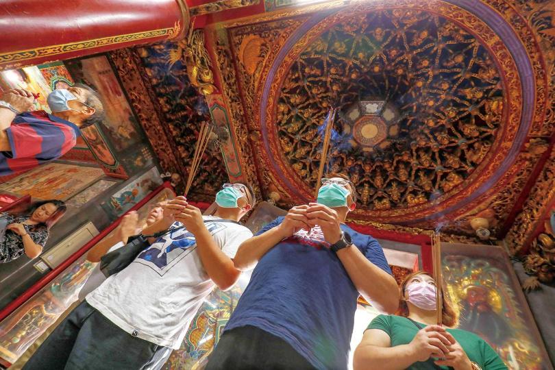 歷史悠久的「白沙屯拱天宮」信徒眾多,香火綿延不絕,是每年媽祖遶境的起點。(圖/于魯光攝)