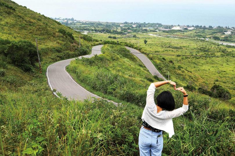 蜿蜒向上的小徑恰好圍繞成一個「愛心」形狀,「心形公路」因而出名。(圖/于魯光攝)