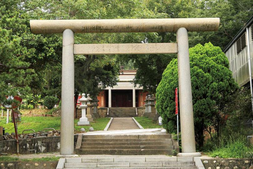 建於虎頭山腰的「通霄神社」,保留雙鳥居、參道等日式神社建物。(圖/于魯光攝)