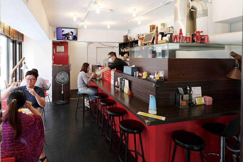 謝子凡一人作業撐起水餃店,希望延續爺爺的手藝。(圖/于魯光攝)