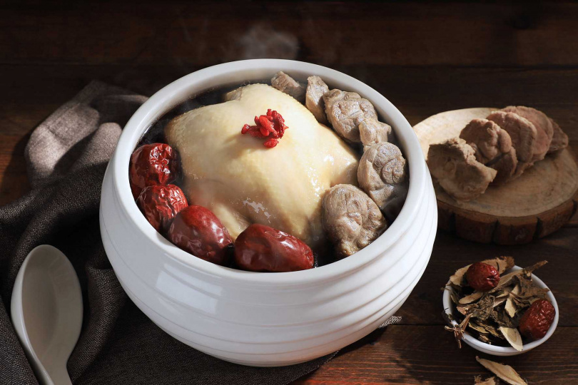 「漢方養生雞煲湯」適合6至8人享用。(1,280元,圖/台南晶英酒店提供)