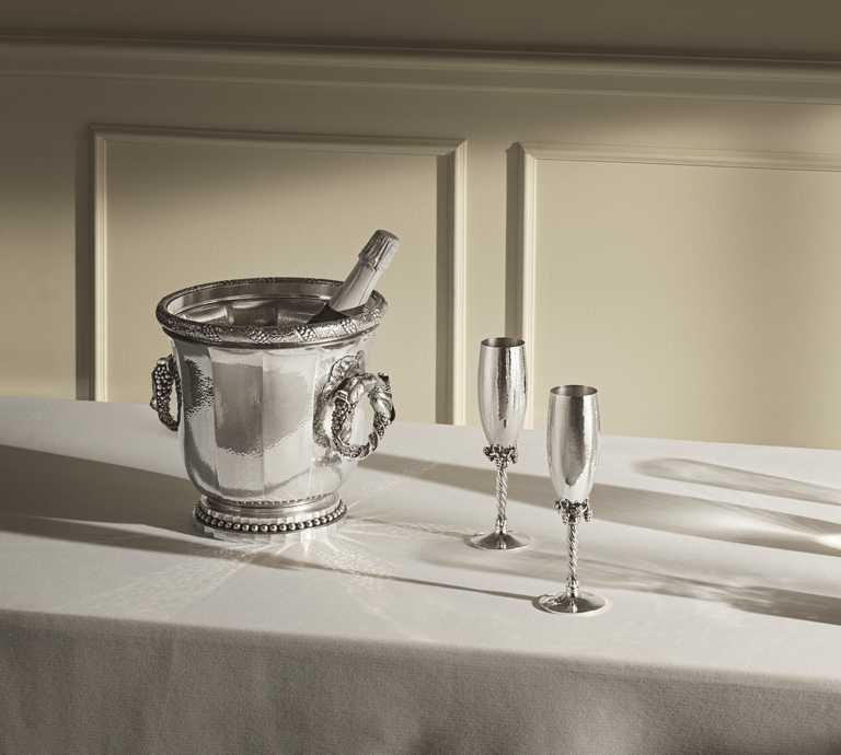 喬治傑生2021「銀雕藝作」新品,(左)銀雕香檳桶╱2,900,000元;(右)銀雕香檳杯╱150,000元。(圖╱GEORG JENSEN提供)
