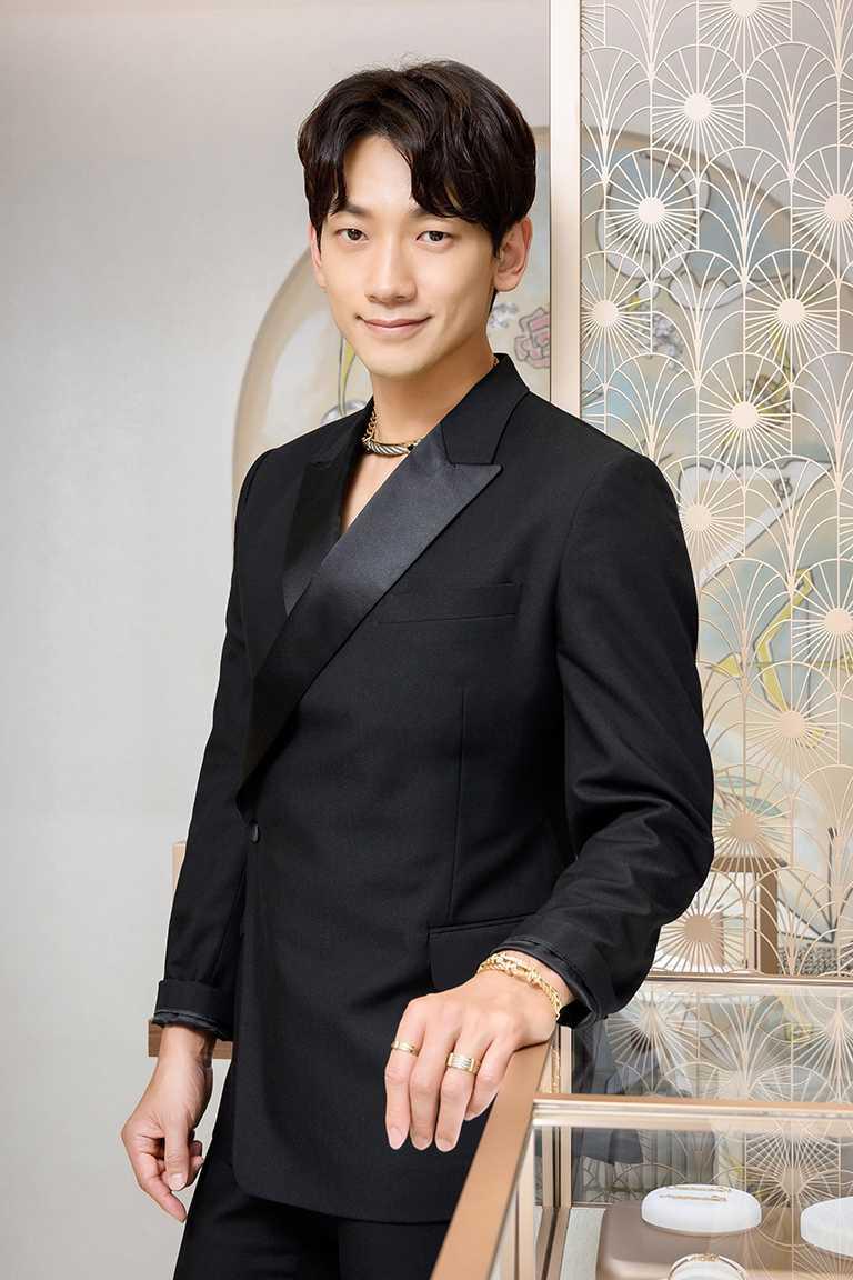 亞洲天王韓星RAIN出席首爾購物中心FRED專門店,率性佩戴FRED「Force 10」系列珠寶,展現獨特魅力。(圖╱FRED提供)