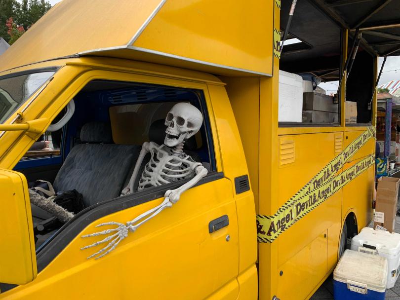 2020萬聖節市集有「骷顱頭老司機」讓民眾打卡,今年一樣有搞怪裝置。