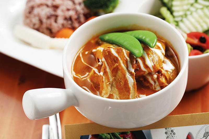 「峇峇咖哩鮮魚」的孟加拉咖哩醬中,有大茴香、小茴香、胡蘆巴及罌粟子,吃起來有微微果酸,搭配花蓮野生鬼頭刀魚柳及有機豆腐。(288元)(圖/于魯光)