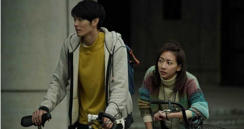 由曹佑寧(左)和陳妤主演的《可不可以,你也剛好喜歡我》宣布延檔。