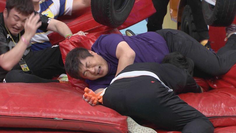 胡瓜重心不穩,兩腳卡住,被眾人幫助救下來後,直喊痛。
