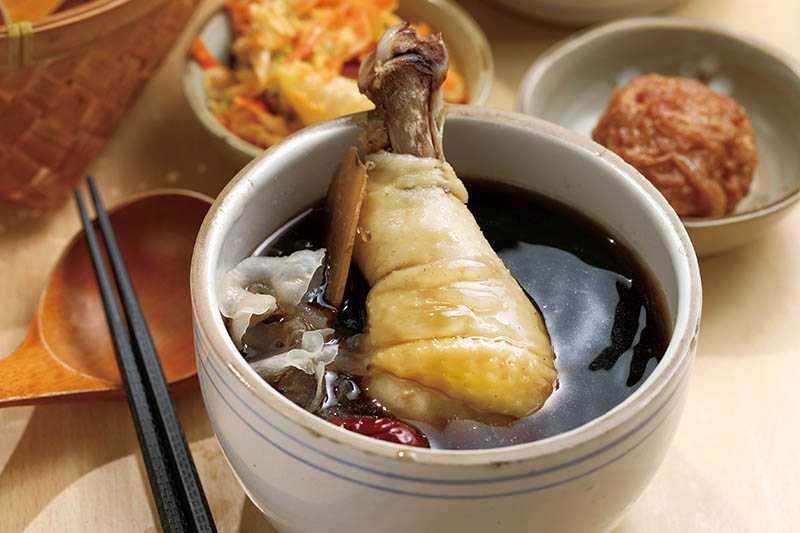 「帝王術」湯頭有木耳、大紅棗,另加溫補草藥,雞腿吸滿草本清香。(80元)(圖/于魯光)