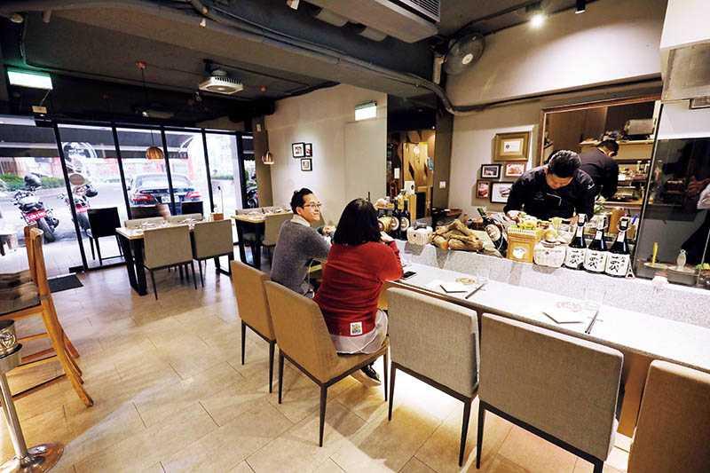 頂焰精肉小酒館,以燒烤料理為主題,坐在吧檯區可以近距離欣賞主廚的工作狀態。(圖/于魯光)