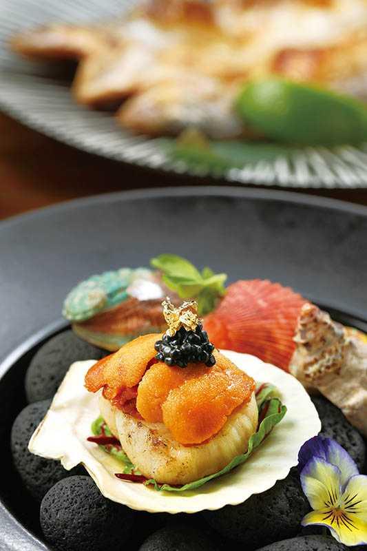 「海膽干貝燒佐魚子醬」以生食等級的干貝經過炭火炙燒,與海膽及魚子醬一起入口,堪稱海味鮮甜三重奏。(260元)(圖/于魯光)