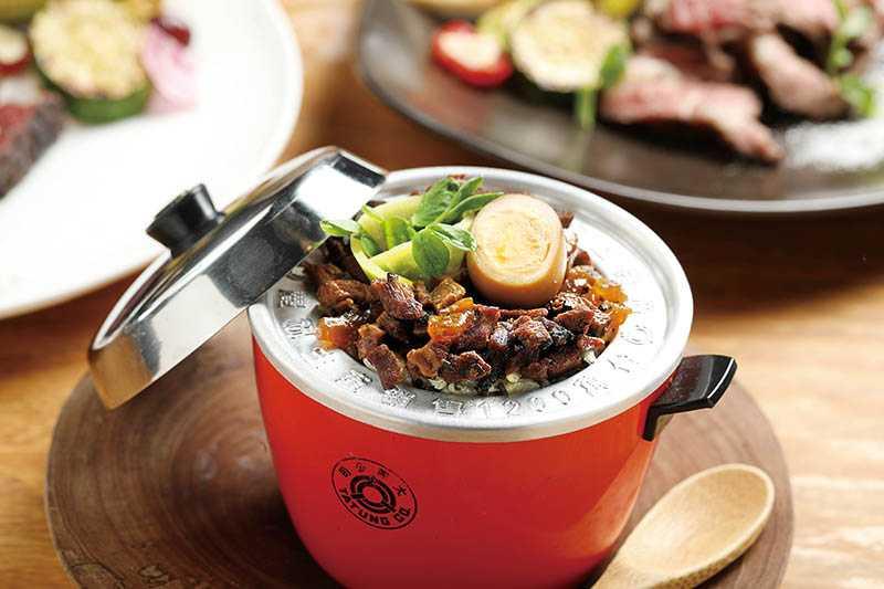 以迷你大同電鍋中盛裝的「松露牛舌滷肉飯」,滷肉肉末是由牛舌切成碎丁做成,還搭配松露,香氣濃郁逼人。(180元)(圖/于魯光)