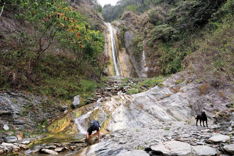 近3層樓高的「弦月瀑布」,是到「巴庫拉斯」必訪的祕境。(圖/于魯光攝)