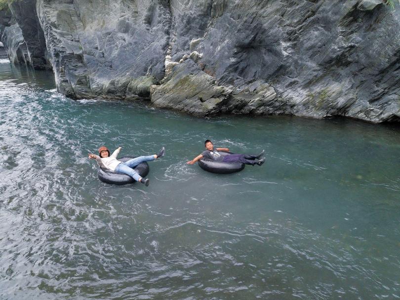 冬季可在濁水溪體驗橡皮圈「漂漂河」的樂趣,到了夏季枯水期,則改至野溪「茂溪」遊玩。(圖/于魯光攝)