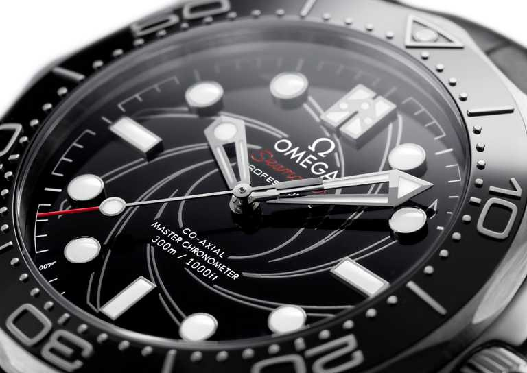 錶盤上方採白色琺瑯分鐘刻度環,指針及刻度裝飾18K白金,7點鐘方位設有「007」標誌,12點鐘方位為龐德家族徽章。