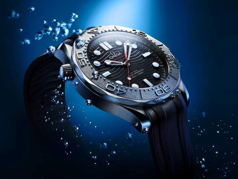 OMEGA「Seamaster海馬」系列,潛水300米NEKTON版腕錶╱不鏽鋼錶殼,42mm,8806型同軸擒縱機芯,黑色橡膠錶帶╱190,800元。(圖╱OMEGA提供)