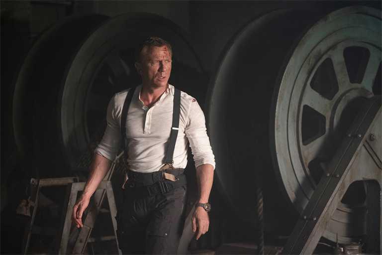 影星丹尼爾克雷格在電影《007:生死交戰》中,再次佩戴omega「Seamaster海馬」系列潛水300米全新龐德版腕錶,執行危險任務。(圖╱索尼影業提供)