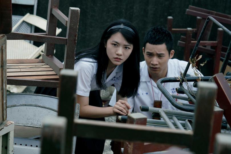 黃冠智(右)與李玲葦(左)在影集中為同班同學。(圖/公視提供)