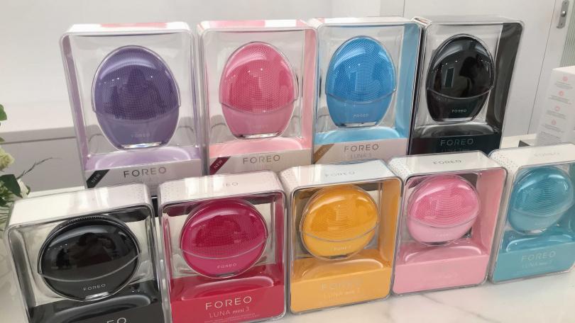 上面是LUNA™ 3經典智慧洗顏機,有為每一種膚質量身打造不同的矽膠刷頭排列,分為中性膚質-粉、混合肌膚-藍、敏感肌-紫及男性專用-黑四種,完美滿足所有不同的肌膚需求。下面是LUNA™ Mini 3 迷你款智慧洗顏機,多種顏色可選。(圖/黃筱婷攝影)