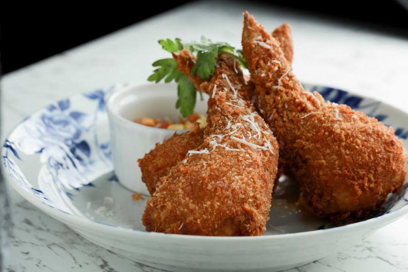 「帕瑪森芝心雞翅」酥脆外皮中藏著滿滿帕瑪森起司,帶給味蕾驚喜感。(320元)