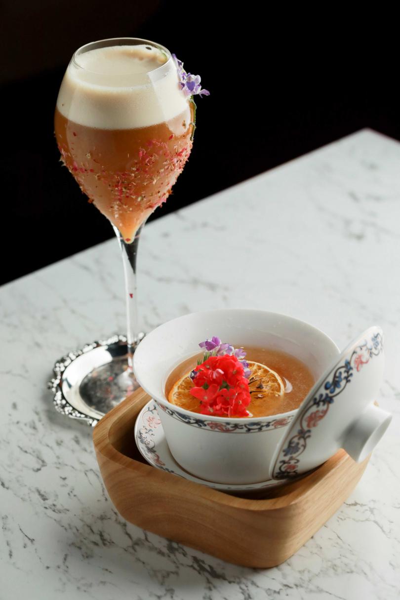 融入茶元素的調酒「沐茉」(前)、「伏霞」,喝來沁涼清爽。(皆400元)