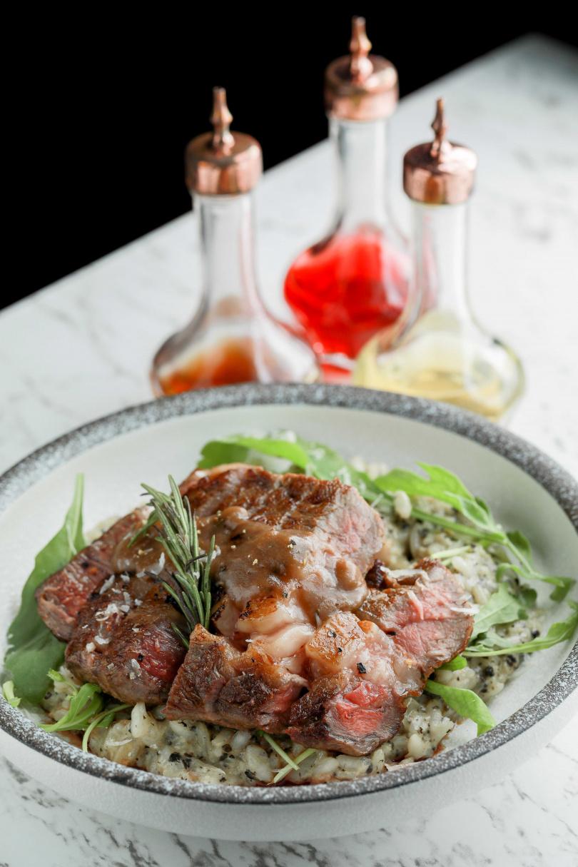 「美國肋眼牛排松露燉飯」烤得香嫩多汁的美國肋眼牛排搭配充滿獨特香氣松露燉飯,是許多饕客的最愛。(520元)