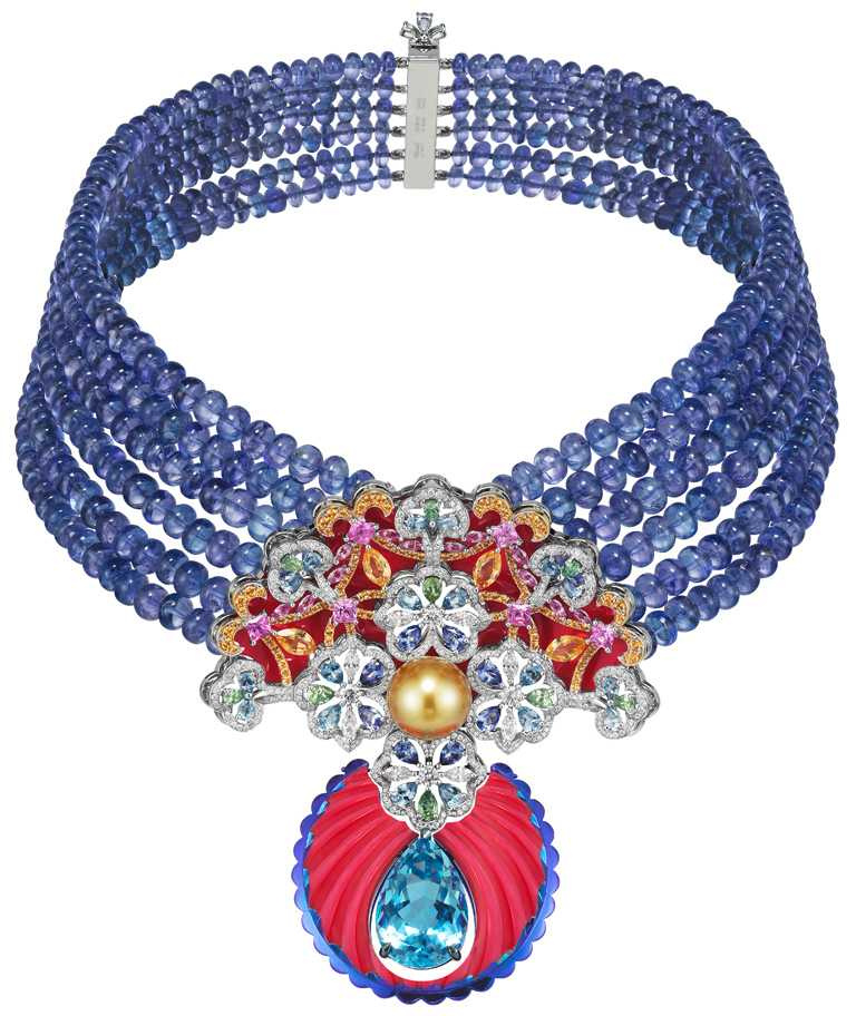 Chopard「Red Carpet紅地毯」系列,18K白金╱玫瑰金╱鈦金項鍊,鑲嵌主石12.47克拉海水藍寶石、單顆12.72克拉金色珍珠、坦桑石461.12克拉、沙弗萊石1.42克拉、錳鋁石榴石2.69克拉、海水藍寶石1.98克拉,以及1.92克拉鑽石╱9,000,000元。(圖╱Chopard提供)