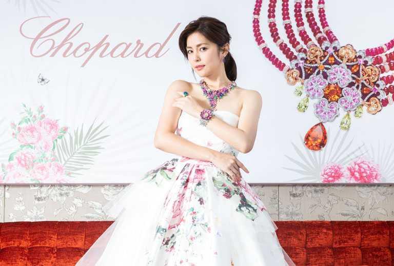任容萱佩戴蕭邦2021年度「Red Carpet紅地毯」系列注目新作,宛如置身春日花園的童話公主。(圖╱Chopard提供)