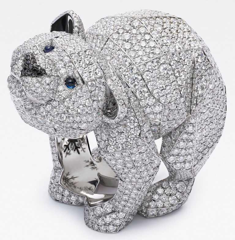 Chopard「Red Carpet紅地毯」系列,北極熊戒指,獲公平採礦認證的18K白金,鑲嵌2190顆12.58克拉鑽石、2顆0.06克拉藍寶石,以及16顆0.03克拉黑鑽╱6,430,000元。(圖╱Chopard提供)