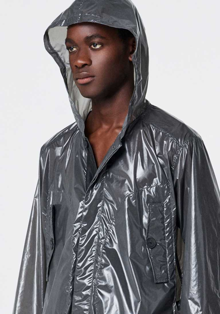 科技Taffeta極度輕薄跳傘風衣,朝氣蓬勃且流露性感。(圖╱Peter Wu提供)
