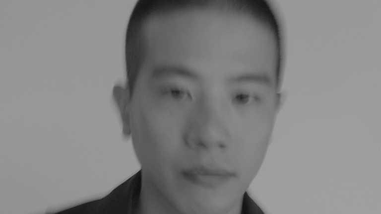 旅法台籍服裝設計師Peter Wu,在首次影像創作中以黑白色調現身,秉持其一貫的極簡風格。(圖╱Peter Wu提供)