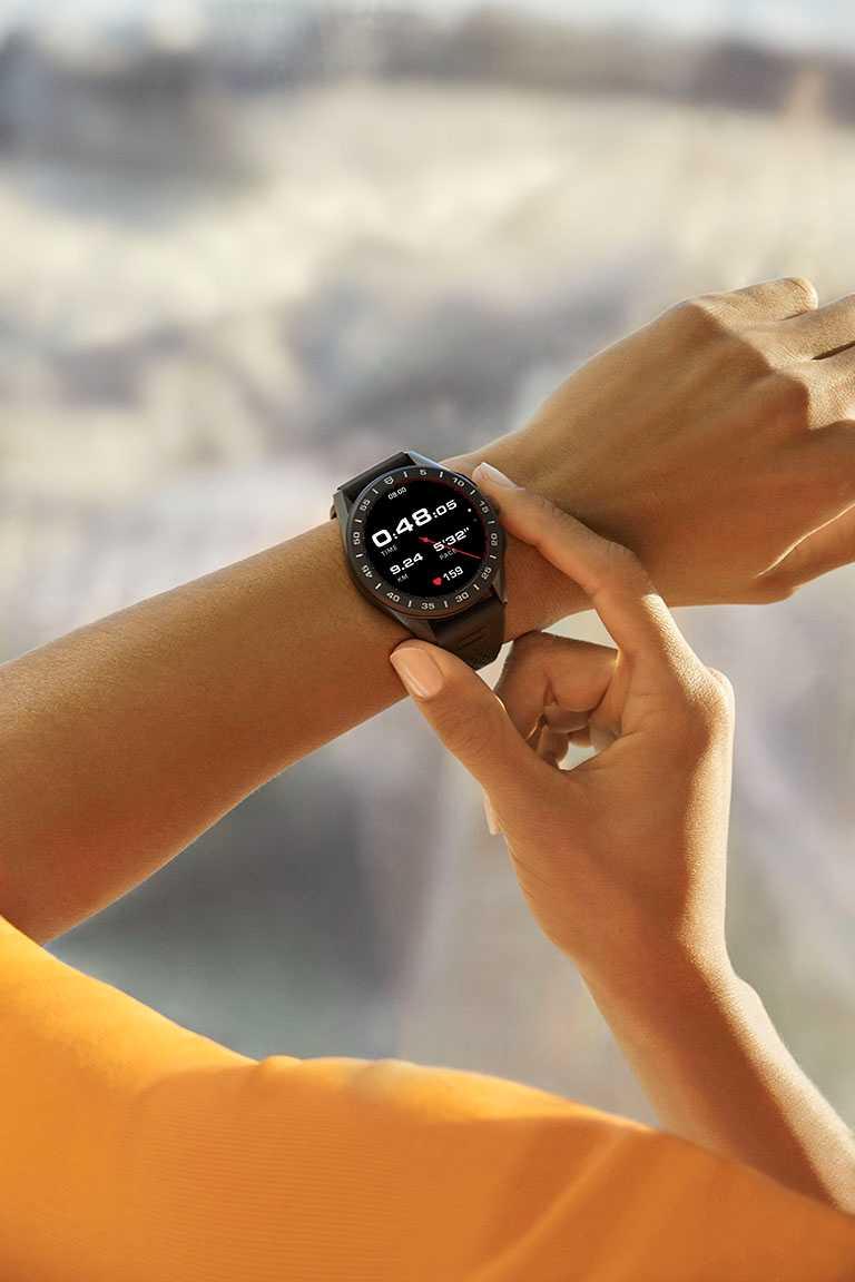 擁有尖端科技的TAG Heuer「Connected」智能腕錶,是美國田徑好手麥勞克林征戰賽場時的最佳計時夥伴╱77,400元。(圖╱TAG Heuer提供)