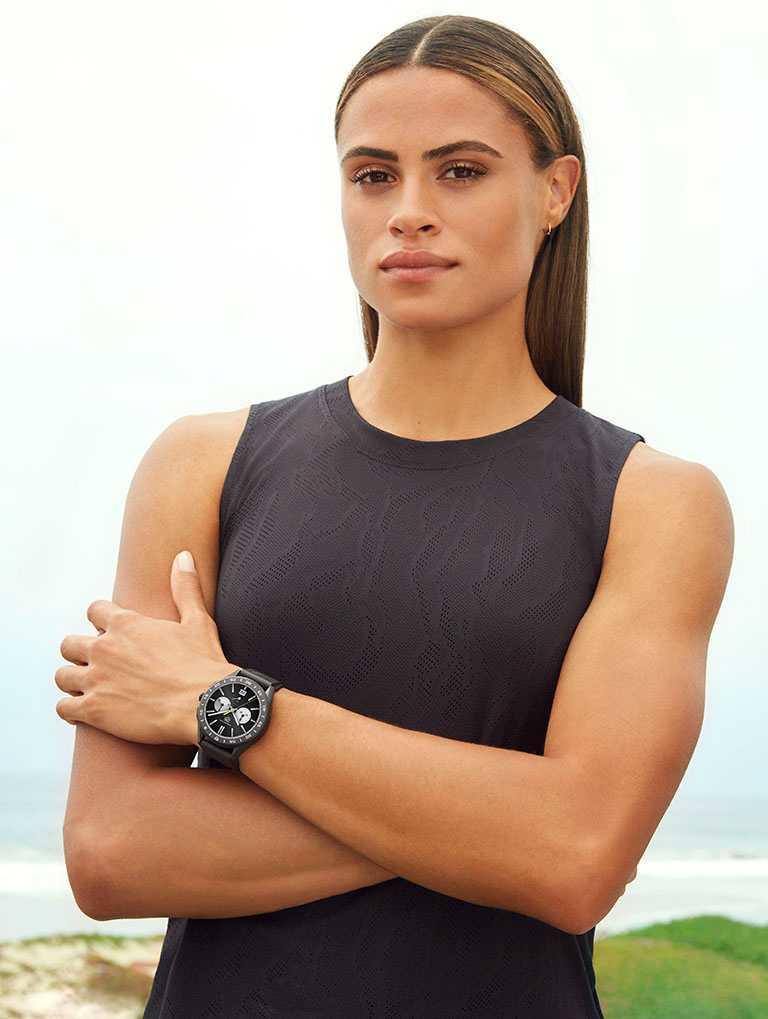 泰格豪雅品牌大使西妮麥勞克林,率性佩戴TAG Heuer「Connected」智能腕錶,展現青春運動風範╱77,400元。(圖╱TAG Heuer提供)