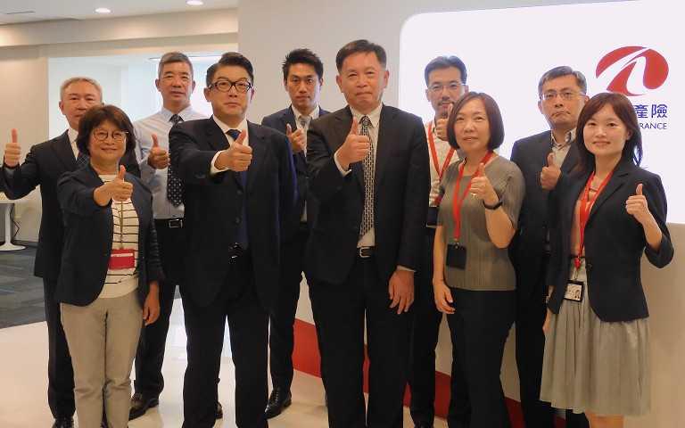 和泰產險董事長蔡伯龍(前排右三)、總經理莊瑞德與經營、業務團隊。