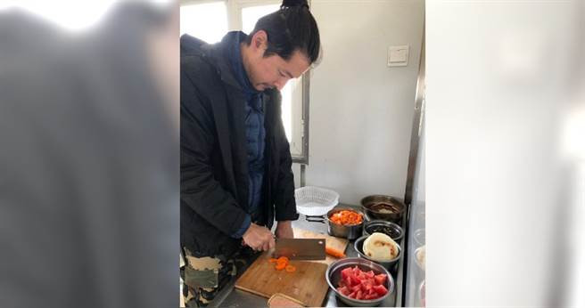 胡歌親自下廚做飯給齊做公益的團員吃。(翻攝自鳳凰網微博)