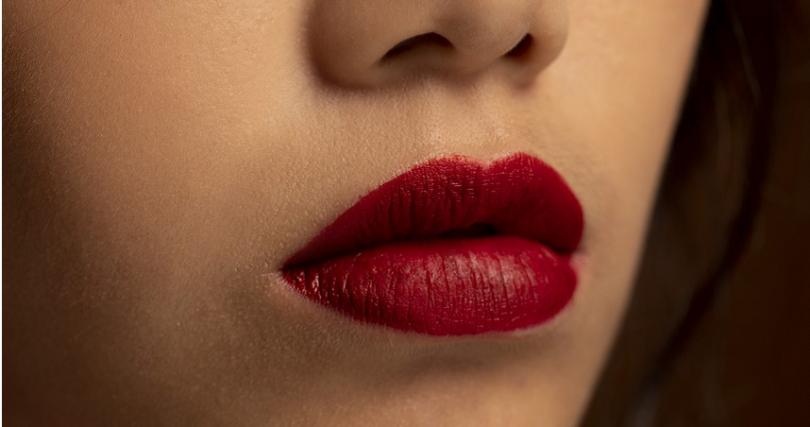 霧感紅唇首忌不能有脫屑現象,因此打底步驟很重要。(圖/時報周刊提供)