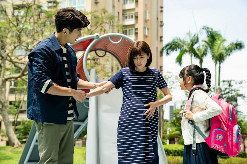 林予晞(中)劇中突然胎動不適 。(圖/TVBS提供)