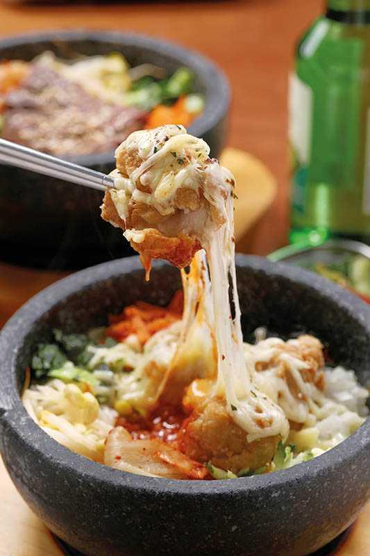 「起司雞石鍋拌飯」的牽絲起司超犯規,難怪成為必點的人氣No.1。(250元)(圖/于魯光)