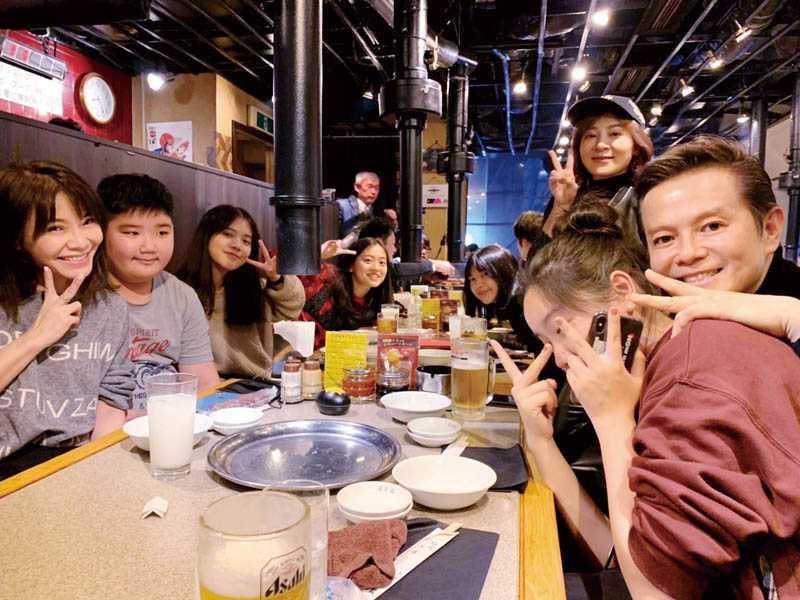 抵達東京當晚,王彩樺就與好友甄莉、李承泰等人會合,眾人一起吃燒肉。(圖/王彩樺提供)