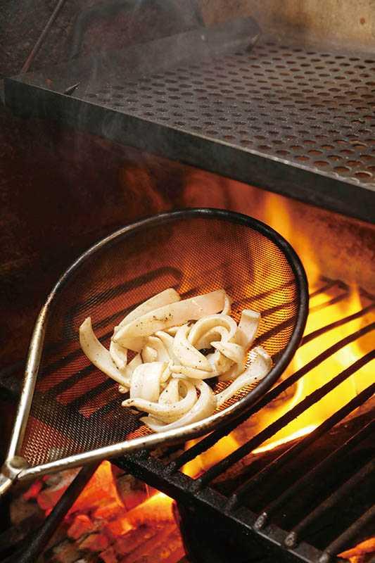 「炭燒小捲」結合海味與炭香,再配上風乾甜菜,簡直完美。(360元)(圖/于魯光)