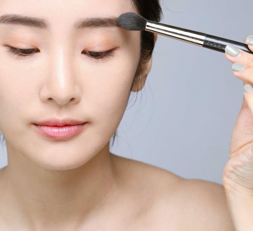 2上蜜粉:用小的蜜粉刷沾取適量蜜粉,在眉毛部位打底,能讓眉毛部位的油光被吸收掉。(圖/戴世平攝)