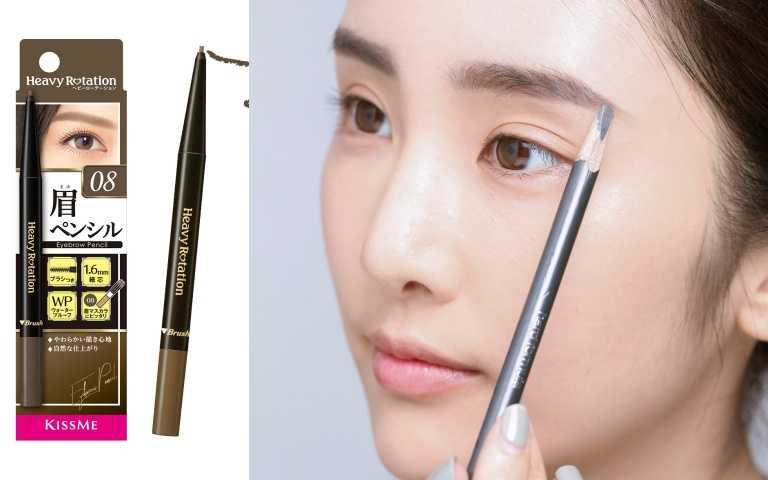 3框好眉型:用眉筆先在眉毛部位框出想要的眉型輪廓,再使用眉刷沾取適量眉粉或直接用防水眉筆,由淺到深、由眉頭到眉尾填滿眉型的空隙。編輯推薦:KISSME花漾美姬美眉持色柔霧眉筆08/350元(圖/戴世平攝)